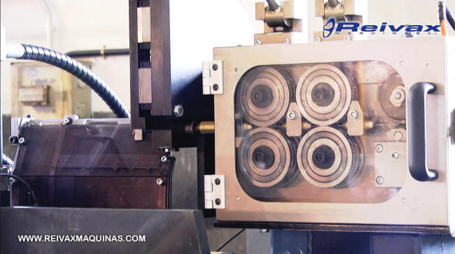 Máquina para enderezar y cortar tramos varilla de alambre a medida.
