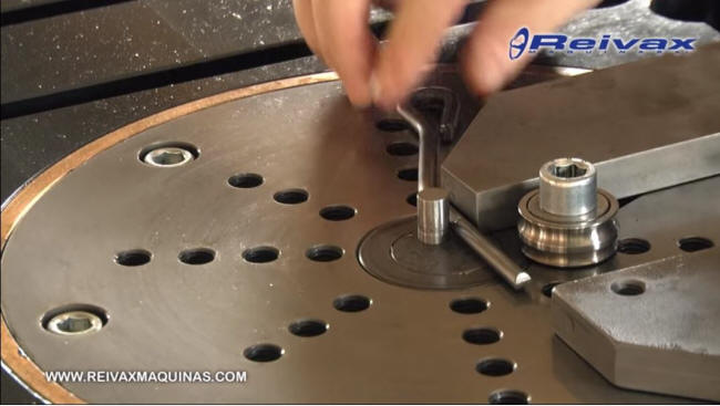 Mesa de doblado CN para varilla de alambre. D-CN-10-M / D-CN-16-M de Reivax Maquinas.