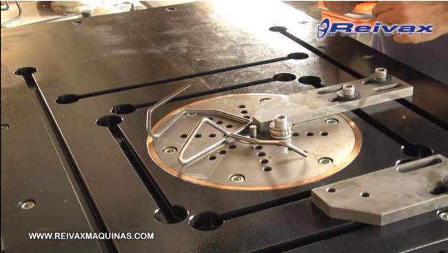Mesa de doblado CN para varilla de alambre. Reivax Maquinas.
